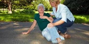 Cómo actuar ante una caída de un anciano